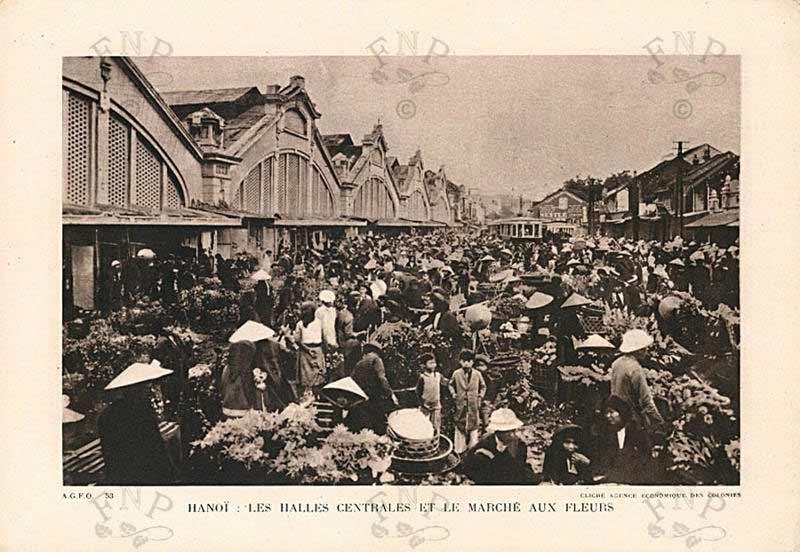 Chợ Đồng Xuân và Hoa ngày Tết bán trước cổng chợ,